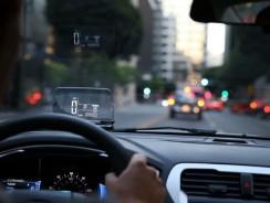Le smartphone en affichage tête haute (HUD pour tout type de voiture). Super invention.